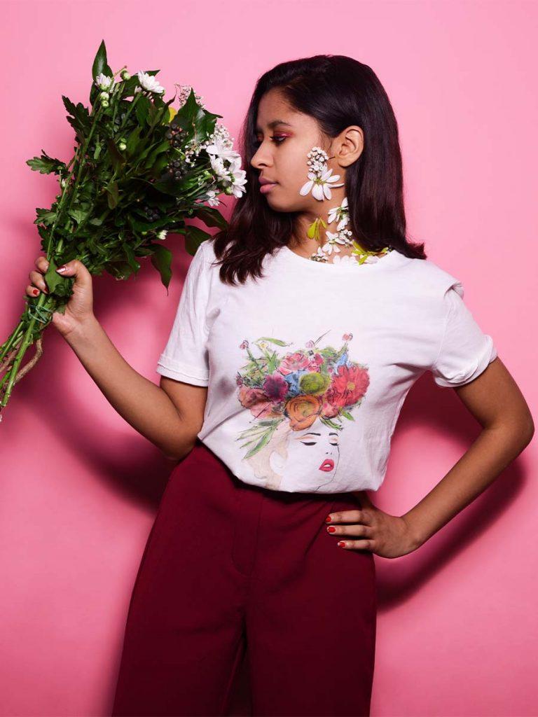 Tshirt floreale donna fiore tra i capelli indossata 2