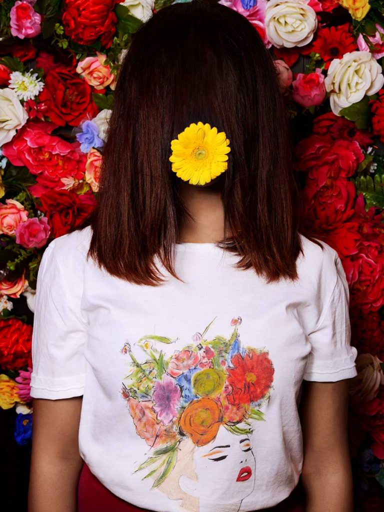 Tshirt floreale donna fiore tra i capelli indossata 3