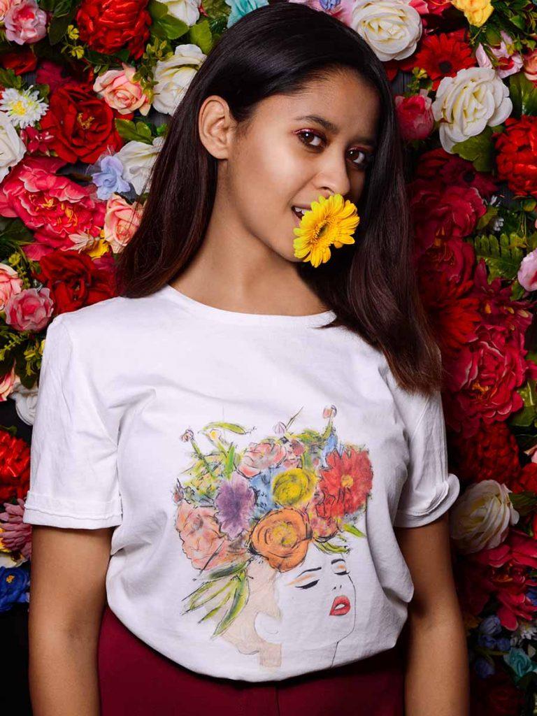 Tshirt floreale donna fiore tra i capelli indossata 4