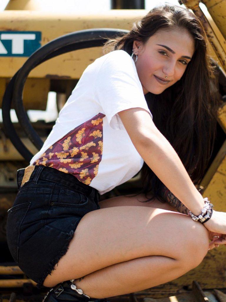 tshirt africana wax donna fiore indossata 2