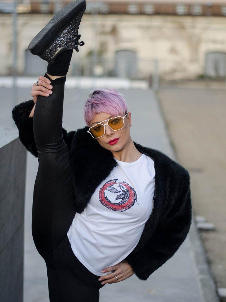 tshirt donna giapponese carpa koi indossata 2