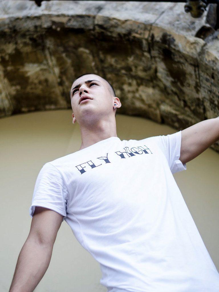 tshirt uol school uomo fly high dietro indossata 1