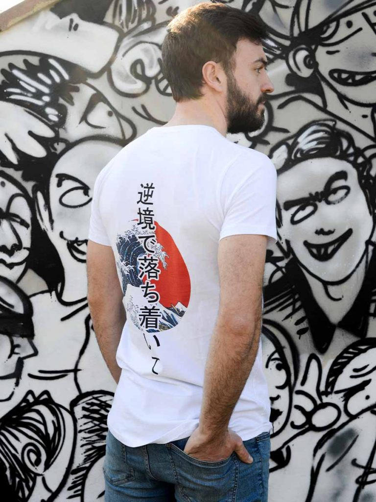tshirt uomo giapponese onda verticale indossata 1